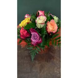 Bouquet rond de roses variées en poche d'eau