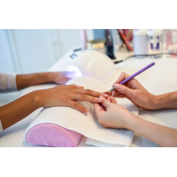 Manucure avec pose de vernis semi-permanent